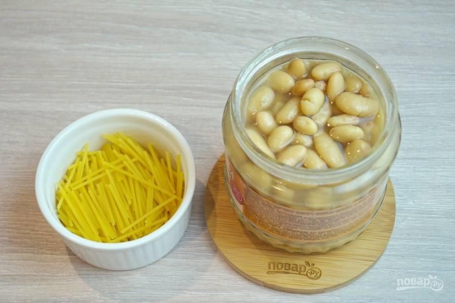 В кипящий овощной бульон добавьте фасоль из банки (вместе с соусом) и лапшу. Лапшу можно взять готовую, а можно сделать её самостоятельно.