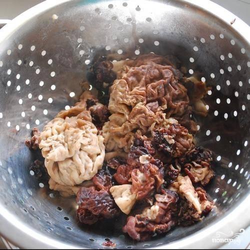 1.В инструкции приготовления Вы уже прочитали, как нужно подготовить сморчки к тому, чтобы готовить из них какое-либо блюдо. Приступим непосредственно к процессу приготовления блюда. Итак, отваренные грибы отжимаем и оставляем в дуршлаге.