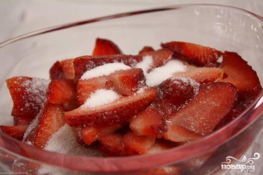 1. Смешайте измельченную клубнику с 3 столовыми ложками сахара и поставьте в холодильник на 30 минут для выделения сока.