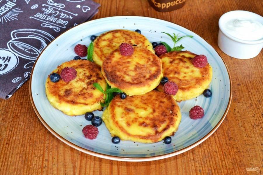 Вот и все, сырники на завтрак готовы. Перед подачей дополните их сахарной пудрой, сметаной, соусом или ягодами. Приятного и вкусного утра!