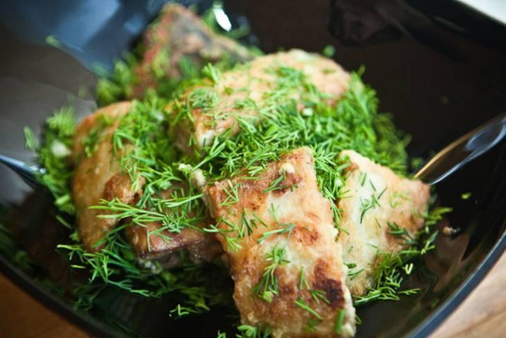 Переложите рыбу в тарелку и присыпьте измельченным укропом.