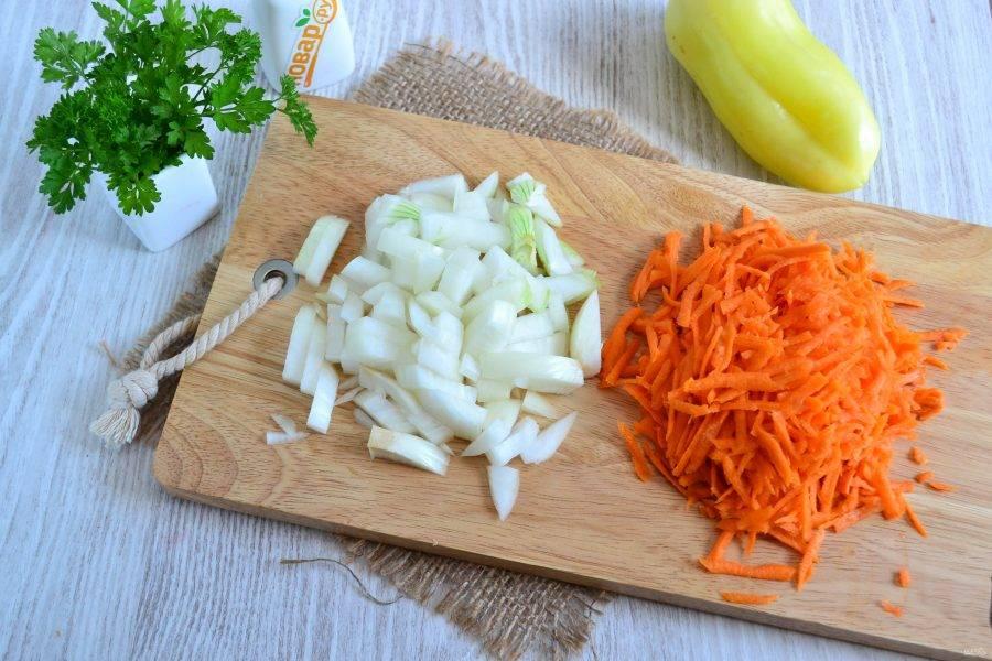 Тем временем натрите на крупной терке морковь и мелко нарежьте лук.