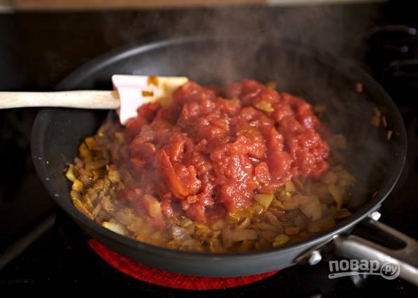 Теперь добавьте консервированные помидоры, протушите минут 8.