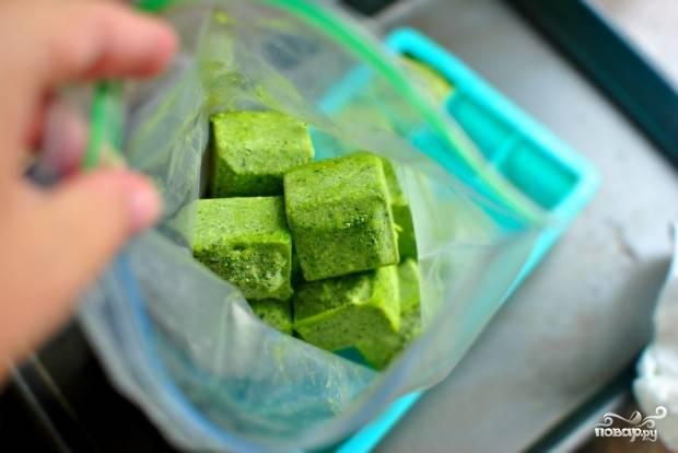 Замораживать песто  нужно не менее 3 часов. Вы можете хранить кусочки песто в морозильной камере до 3 месяцев. Для этого, после заморозки, переложите их в пакет или баночку, чтобы сохранить запах и вкус.