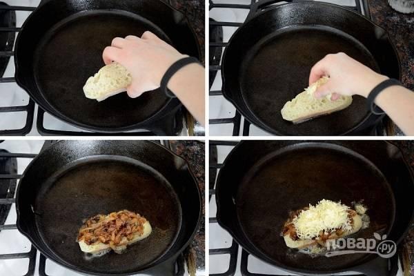9. На сковороду отправьте ломтик хлеба. Присыпьте сыром, выложите часть лука и снова сыр.