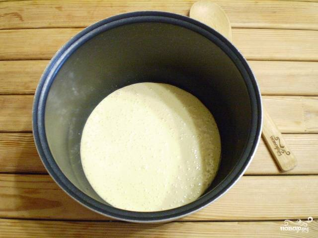 Форму для пирога смажьте растительным маслом. Вылейте половину теста.