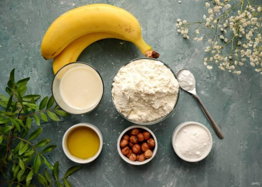 Подготовьте все ингредиенты. Фундук прокалите на сковороде в течение 5-10 минут.