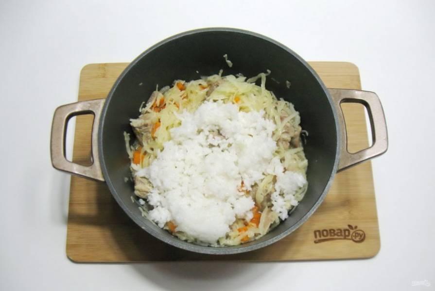 Когда свинина с овощами будет готова, добавьте к ним отварной рис.