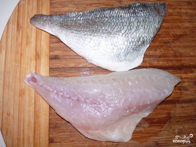 1. Рыбу промойте и выпотрошите. Нам нужно чистое филе без костей.