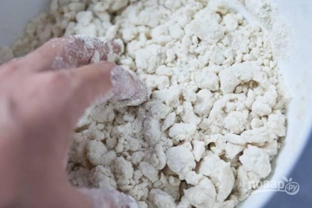 2.Руками замесите тесто. Изначально получится рассыпчатая масса, поэтому вымешивайте около 2 минут.