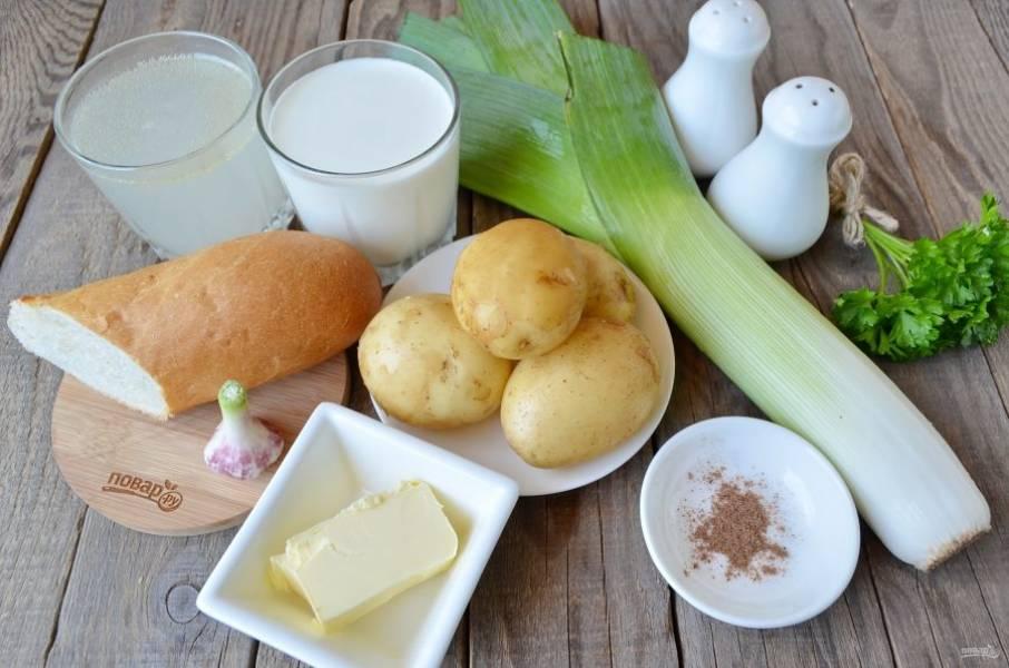 1. Подготовьте продукты для супа. Вымойте тщательно овощи. Заранее подумайте о бульоне, сварите его. Для приготовления сухариков я взяла кусочек французского багета и молодой чеснок. Приступим!