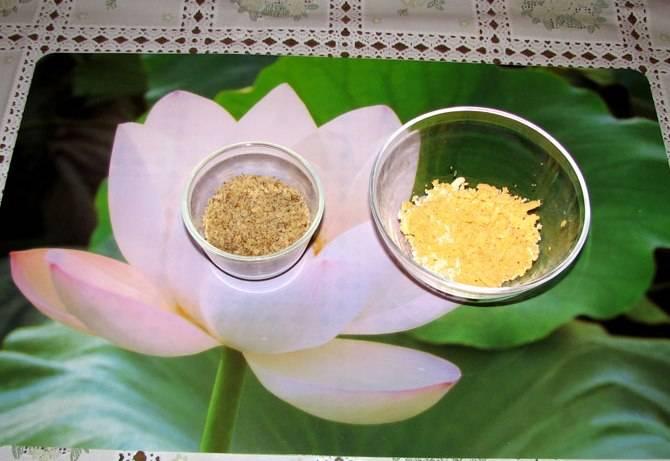 Измельчить грецкие орехи блендером или скалкой, желтки натереть на терке или просто размять вилкой.