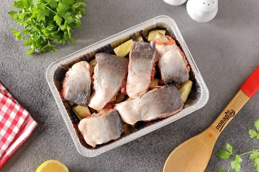 Сверху распределите стейки горбуши. Часть баклажанов можно убрать в разрезы рыбки.