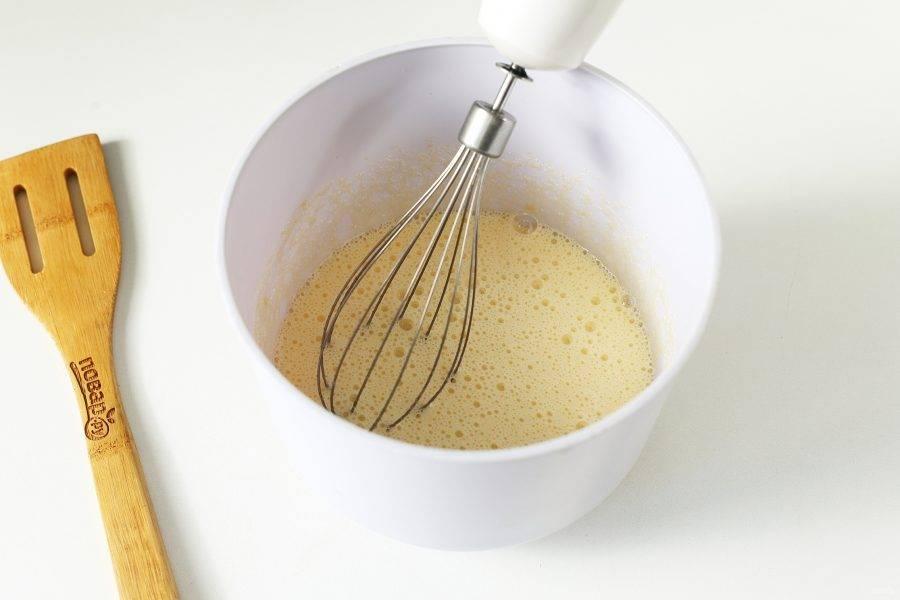 В глубокой миске взбейте яйца с сахаром и солью.