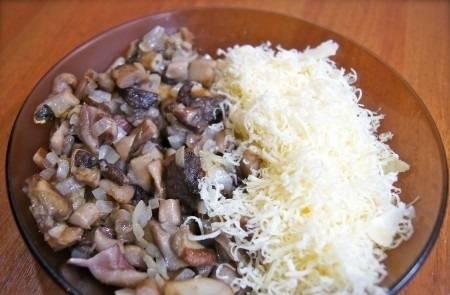Остудите грибы и лук и перемешайте их с тертой моцареллой, посолив и поперчив.
