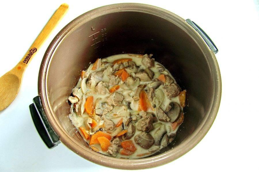 """Добавьте соль, перец и влейте сливки. Установите режим """"тушение"""" и готовьте еще 30 минут."""