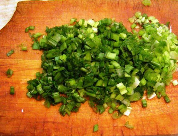 Измельчите зеленый лук и украсьте им, а также отложенными грибами готовый салат. Перед подачей на стол дайте ему пропитаться в течение часа.