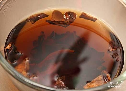 Грибы хорошенько вымыть, залить горячей водой и оставить на 2-3 часа.