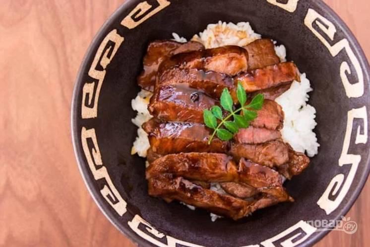3.Нарежьте приготовленные стейки кусочками и подавайте их сразу к столу с гарниром из риса.