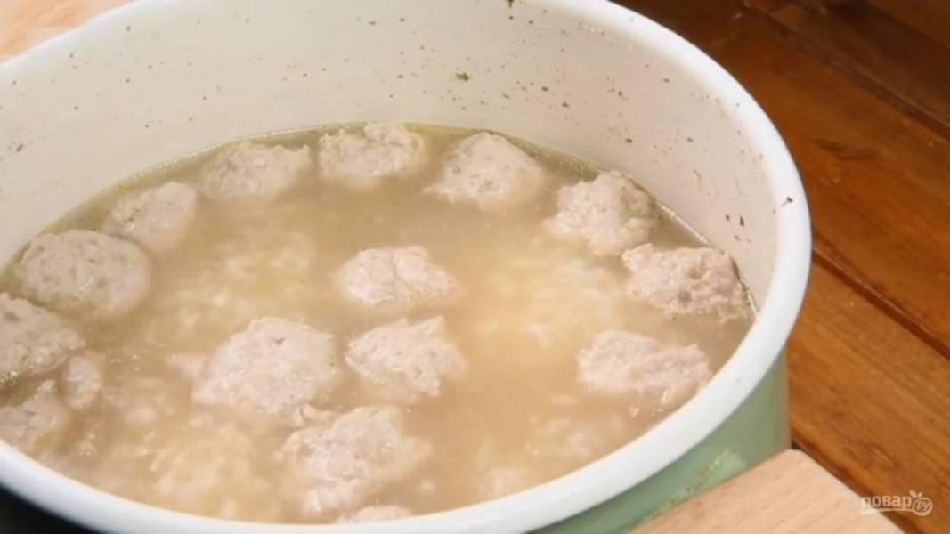 Варите суп еще 15-20 минут до полного приготовления фрикаделек. Тем временем отдельно на сухой сковороде обжарьте яйцо. Желток при этом должен остаться жидким.