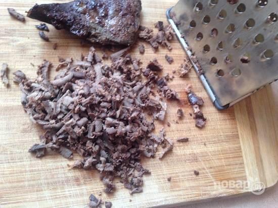 И натираем все ингредиенты для салата на крупной терке.