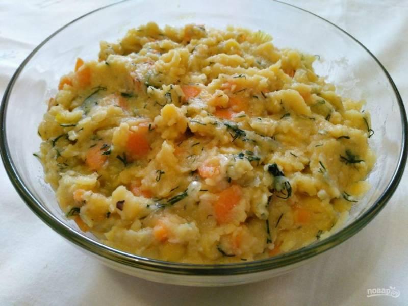 К остывшему гороховому пюре добавьте обжаренные ранее овощи, укроп и соль (0,5 ч.л. или немного больше), хорошо перемешайте. В начинку для пирожков можно также добавить любые специи по вкусу.