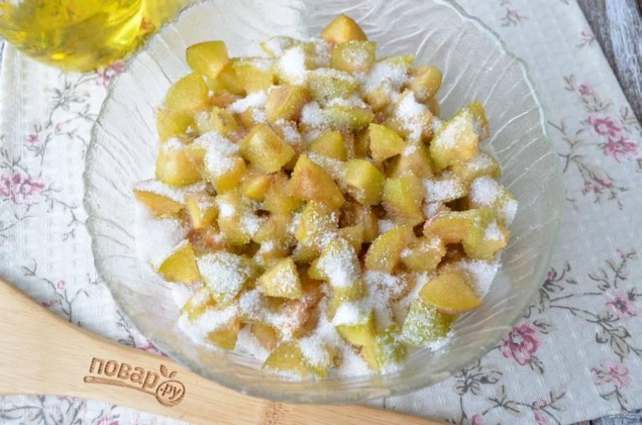 Для начинки вымойте сливы, удалите косточки и порежьте на кусочки. Добавьте пару ложек сахара и перемешайте начинку.