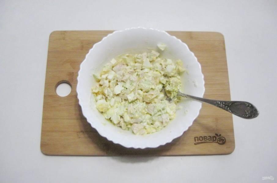 Посолите салат по вкусу, и перемешайте все ингредиенты.