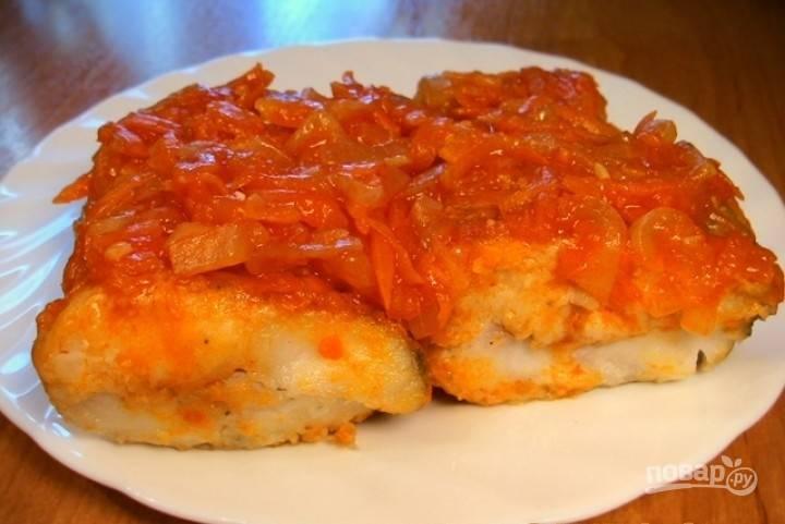Залейте готовым маринадом рыбу. Остудите блюдо. Оставьте его на 4 часа в холодильнике. Потом можете подогреть и пробовать.