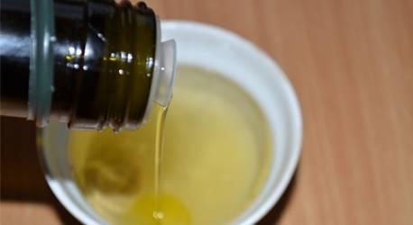 Следом льем оливковое масло.