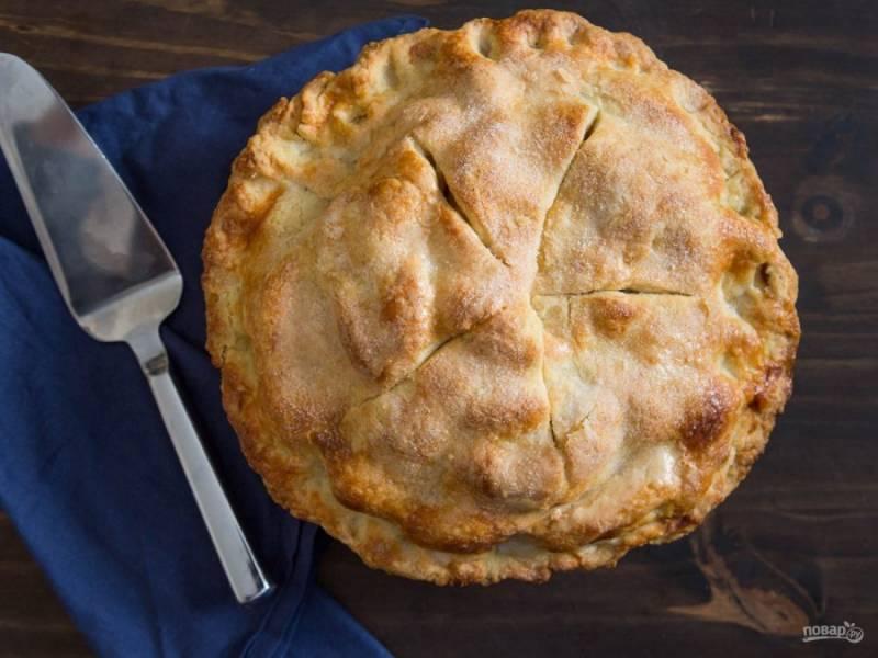 Отправляем пирог в духовку, предварительно разогретую до 180-200 градусов. Выпекаем в течение 25 минут, после окончания пирог остужаем на протяжении 2 часов. Приятного аппетита!