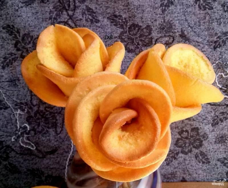 """Готовую розочку поставьте в стакан, чтобы остудить. Продолжайте выпекать следующие """"лепестки"""" для остальных цветков."""