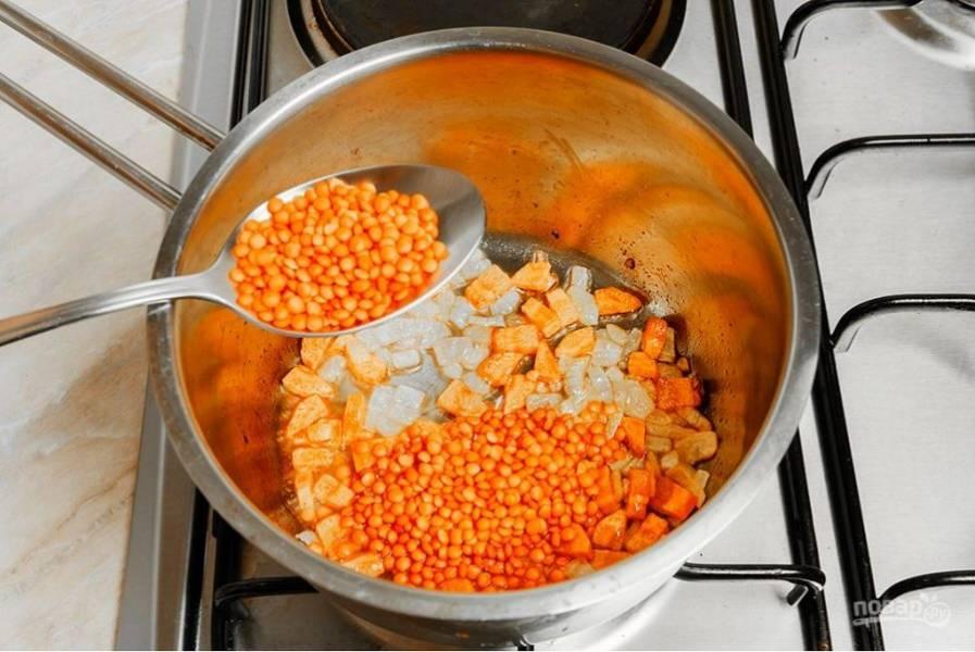 2.Промойте чечевицу и выложите в кастрюлю, затем влейте воду, доведите смесь до кипения, затем уменьшите огонь и варите 10 минут.
