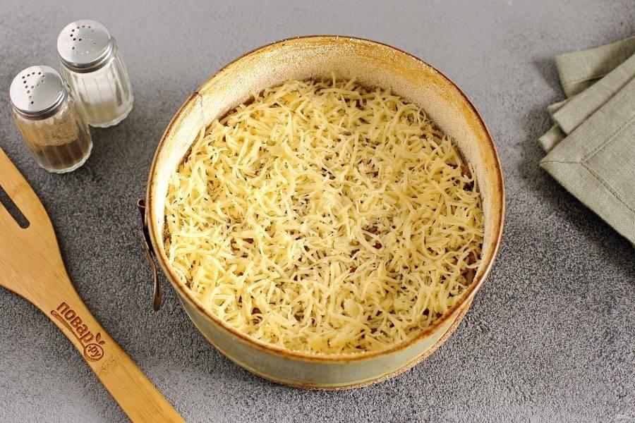 Посыпьте фарш тертым сыром. Выпекайте пирог в духовке при температуре 180 градусов около 30-40 минут.