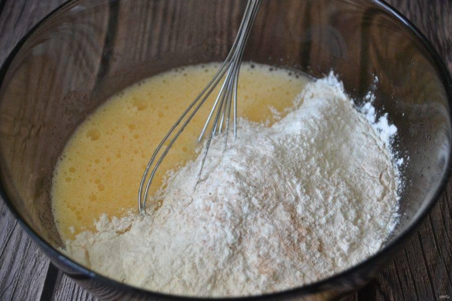 Частями соедините муку с яично-масляной смесью, получается довольно густое тесто.