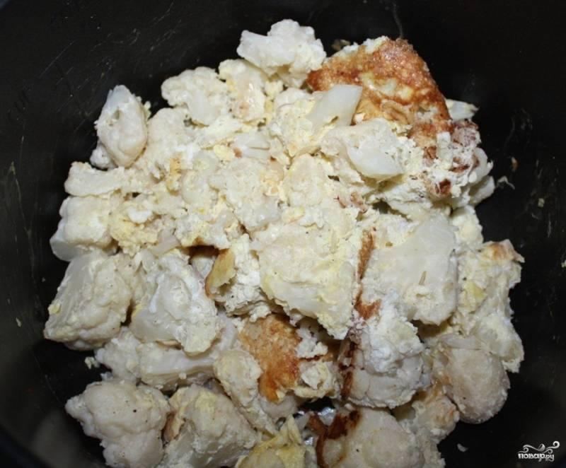 3.Обваливаем цветную капусту в кляре и выкладываем на дно мультиварки, предварительно смазанное оливковым маслом. Ставим мультиварку в режим «Выпечка», запекаем цветную капусту в течение 30 минут.