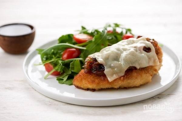 Перед подачей приготовьте простой салат из помидоров и рукколы. Заправьте его уксусом, маслом и солью. Подавайте курицу с салатом. Приятного аппетита!