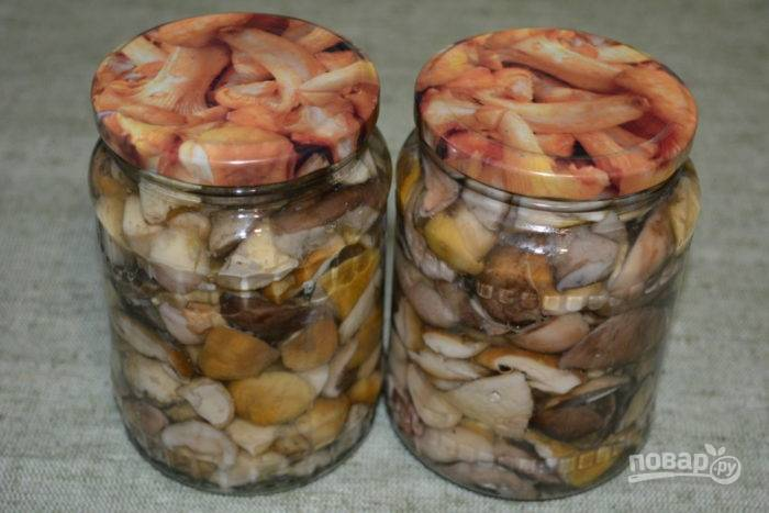 Расскладывайте грибы в чистые, предварительно простерилизованные банки, закрутите крышками. Укутайте пледом до полного остывания.