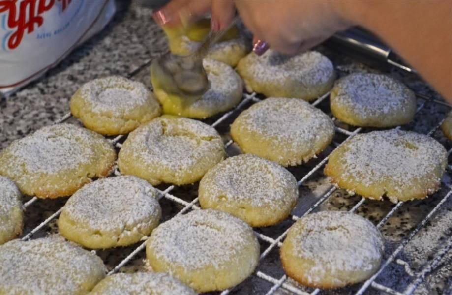 2. Запекаем печенье 15-20 минут в разогретой до 180 градусах духовке. По желанию посыпаем сахарной пудрой и кокосовой стружкой, но это добавит калорийности. Ждем, пока печенье полностью остынет.