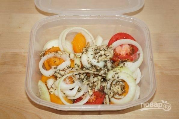 Залейте помидоры заправкой. Закройте закуску крышкой, и встряхните емкость. Уберите всё в холодильник.