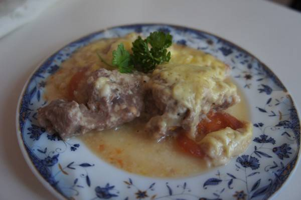 Готовую свинину под соусом бешамель можете подавать с зеленью. Приятного аппетита!