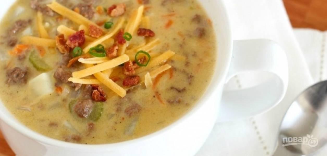 6.Подавайте суп сразу, украсив его обжаренным беконом, свежей зеленью и сыром.