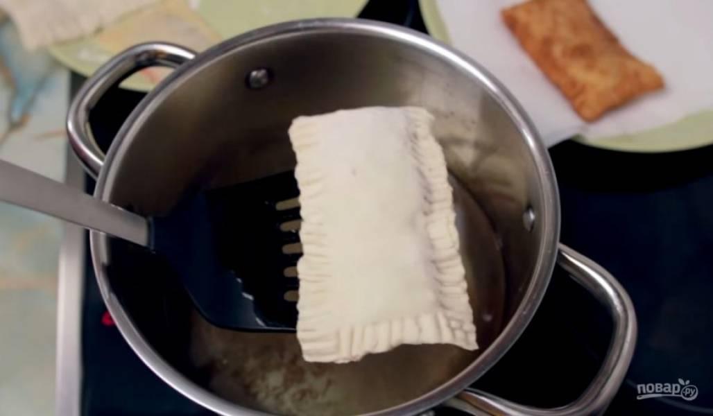 5. Соедините края теста с помощью вилки. В разогретый фритюр отправьте пирожки и обжарьте до золотистого цвета (примерно 3 минуты). Приятного аппетита!