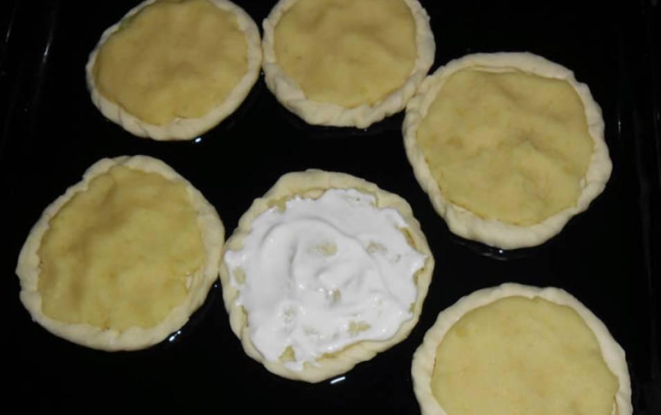 Сделайте на лепешках небольшие бортики. Переложите лепешки на противень, смазанный маслом. В центр каждой кладем картофельную начинку, сверху смажьте сметаной. Выпекайте в духовке 15 минут при температуре 200 градусов.