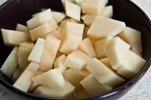 3. Очистите картофель, нарежьте кубиками и выложите в кипящий бульон.