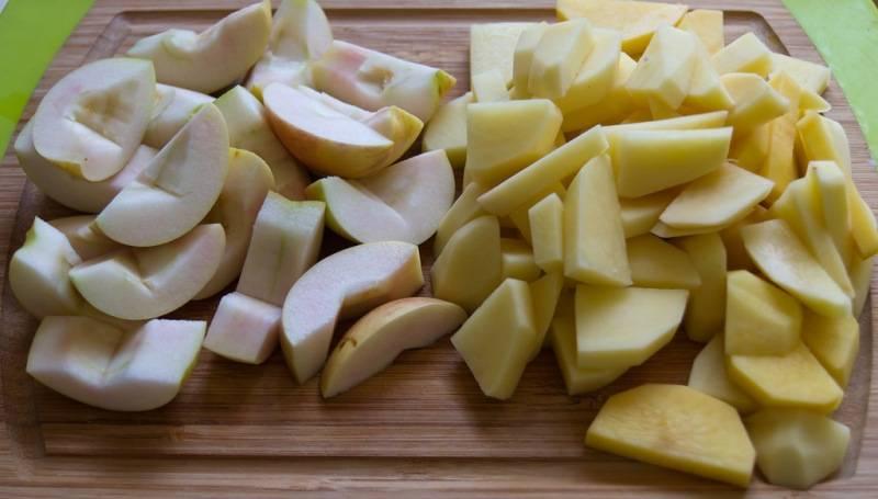 Теперь чистим яблоко и картофель. Из яблока извлекаем сердцевину и нарезаем его на 8 долек, картофель так же нарезаем небольшими кусочками.