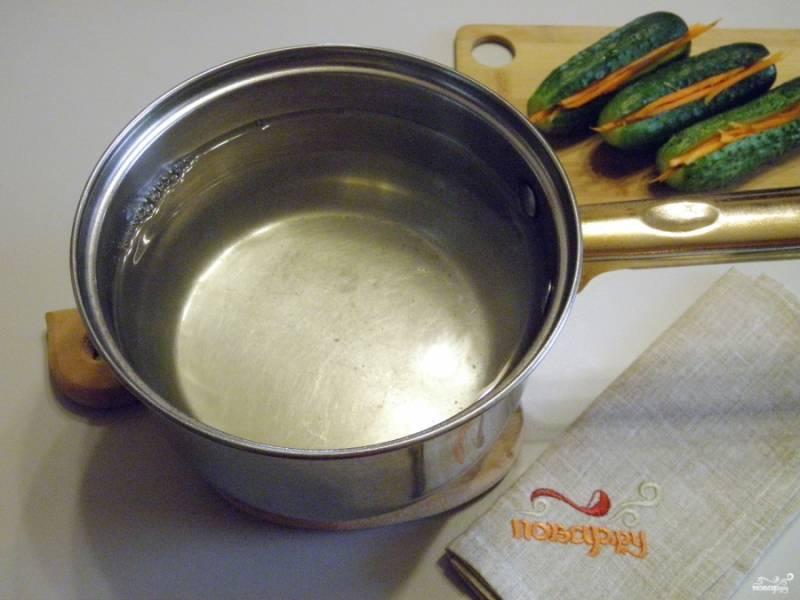 В кипящую воду для маринада влейте уксус, добавьте соль и сахар. Маринад доведите до кипения и остудите до комнатной температуры.