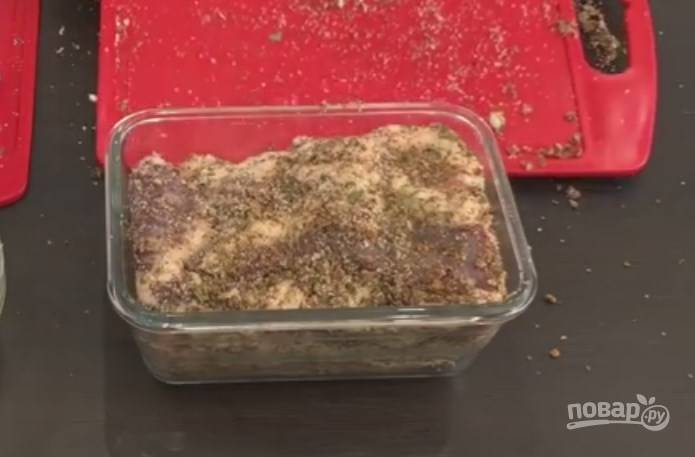 5. На дно посуды высыпьте остатки приправ и заложите подчеревок, чтобы он плотно лежал. Закройте крышкой и оставьте на сутки при комнатной температуре, а потом уберите в холодильник.