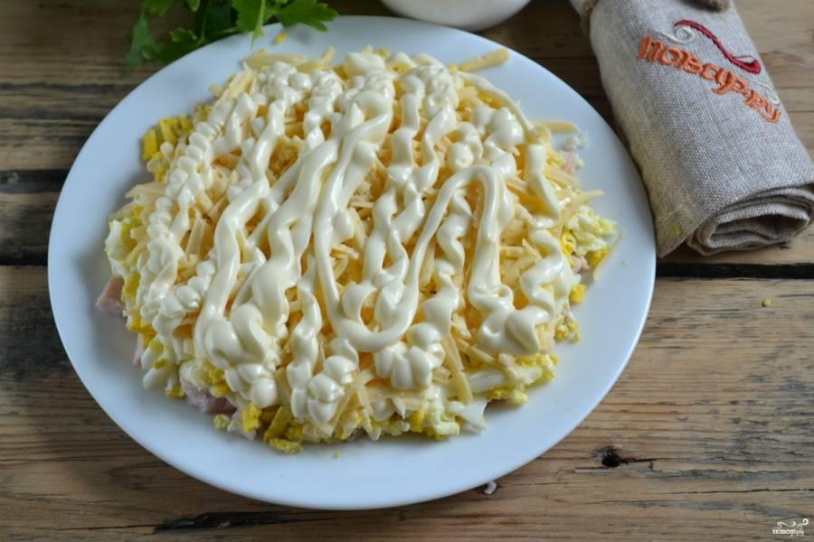 Третий слой - твердый сыр, натертый на крупной терке. Сверху обильно смажьте майонезом.