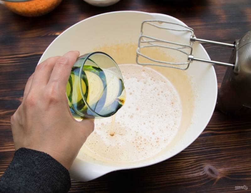 Вольем в яично-сахарную массу масло и еще раз немного взобьем.